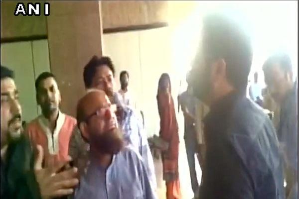Bollywood director Kabir Khan attacked by angry mob at Karachi Airport