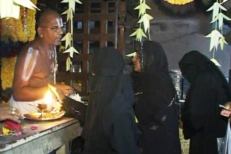In annual tradition Muslims in Kadapa visit Sri Venkateswara temple to offer prayers
