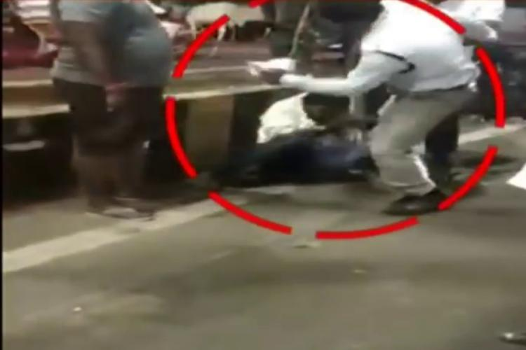 Traffic constable in Kakinada kicking a man on the road