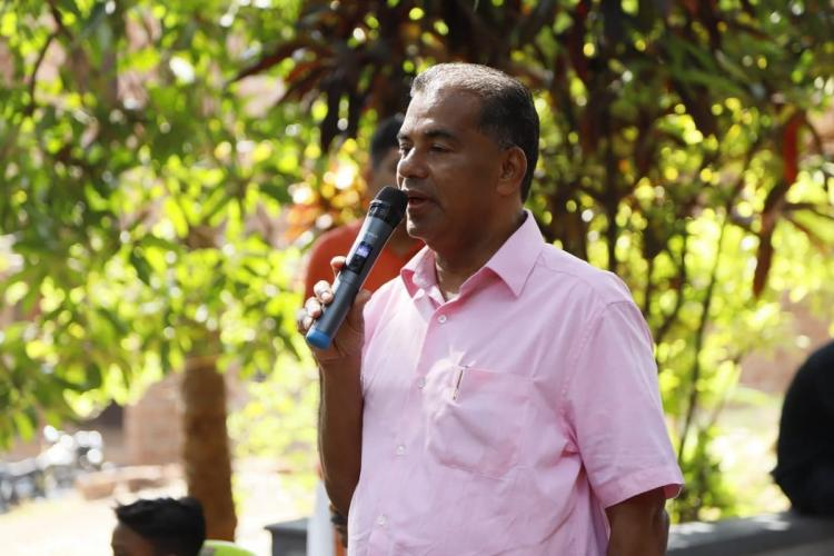 Malappuram independent candidate Kattupparuthy Sulaiman Haji wearing a pink shirt and speaking into a mic