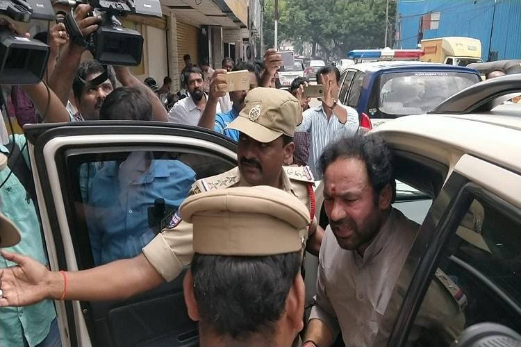 BJP leaders march to CMs office in Hyd over Swami Paripoornananda ban detained