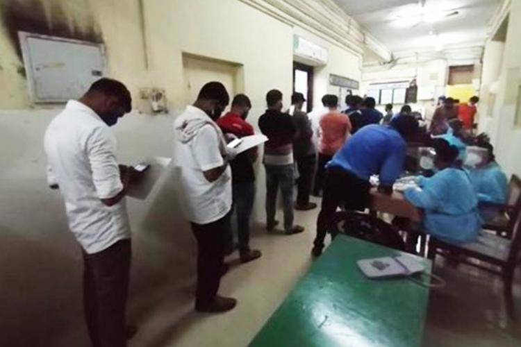 People queue up to donate blood for treatment of survivors of the Kozhikode air crash