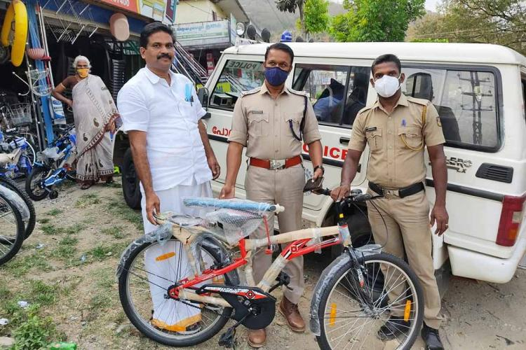 Cycle shop owner with officials of Sholayur police station