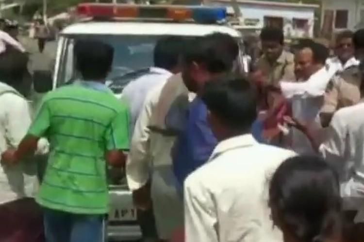 Scuffle between revenue official and farmers over land acquisition in Vijayawada 25 booked