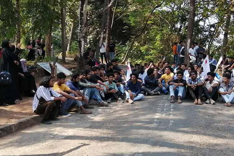 Kiran Bedi faces protests in Mahe as students wearing black barred from her event