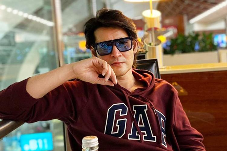 Mahesh can be seen wearing a brown colour hoodie and was wearing goggles
