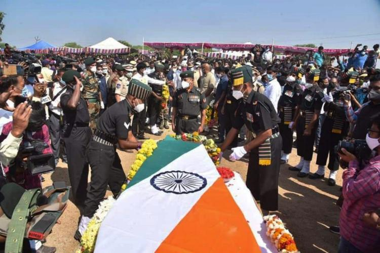 Army personnel delivering formalities in last rites at Komanpally of Nizamabad
