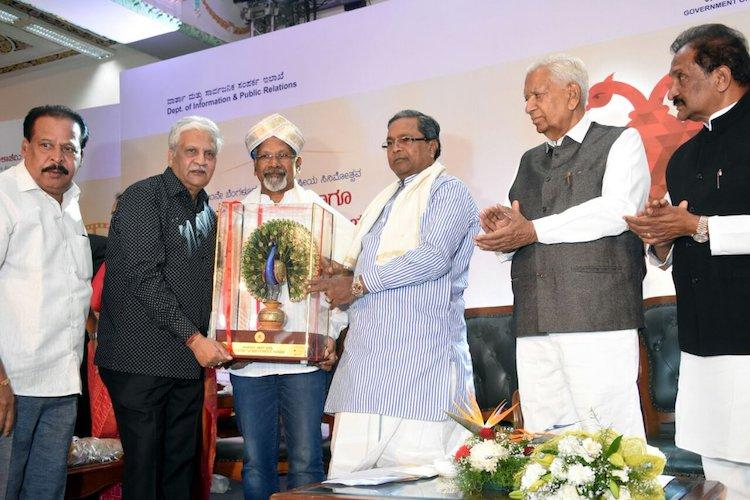 Mani Ratnam gives away Rs 10 lakh prize to Karnataka Chalnachitra Academy