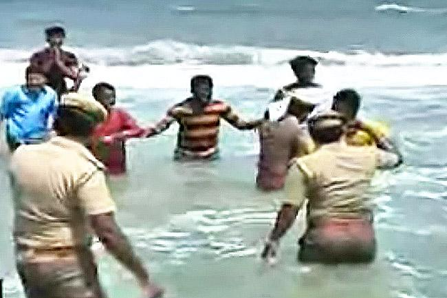 Police foil Marina 20 attempt protesters who waded into the sea removed