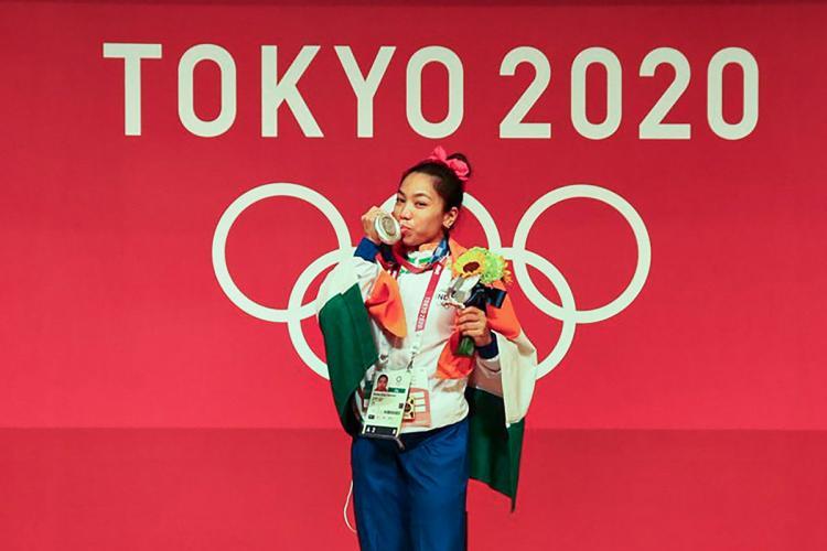 Mirabai Chanu kissing her medal at Tokyo Olympics 2020