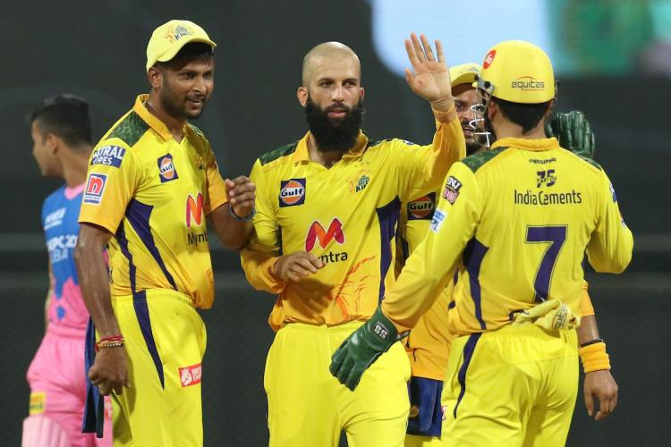 Moeen Ali and Dhoni in IPL match against RR