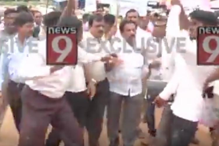 Traders gatecrash Mysuru Cong MLAs rally against firecrackers call him anti-Hindu