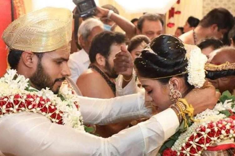 nikhil kumaraswamy ties the mangalsutra thaali on his bride during the lockdown