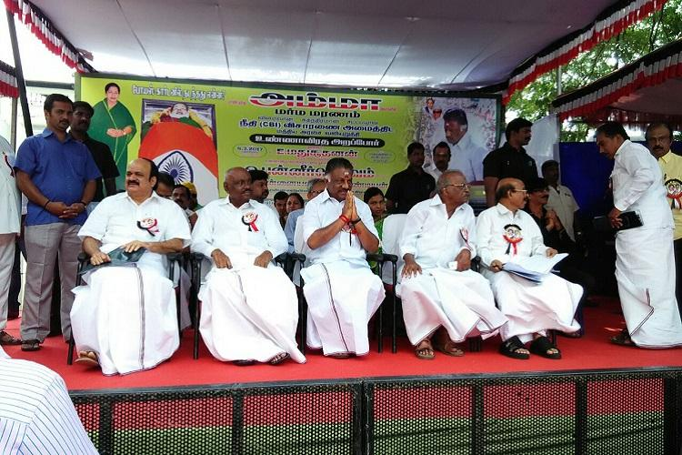 Panneerselvam begins day-long fast demanding CBI probe over Jayalalithaas death
