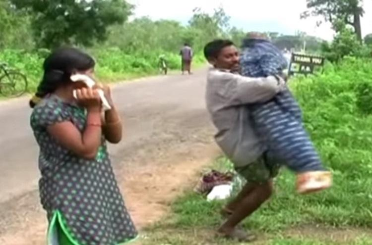 Video Tribal man carried wifes body for 12km as his daughter weeps beside him