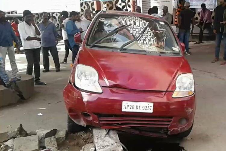 Guard tries to park doctors car rams 6 patients at Hyds Osmania Hospital