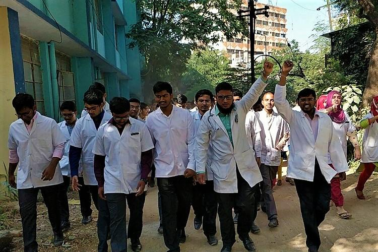 Hyd medical students protest recognition to rural practitioners demand withdrawal of GO