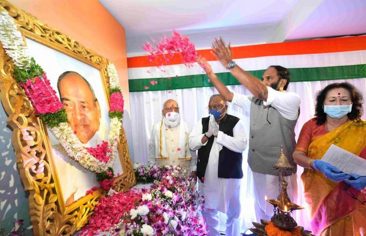 Uttam Kumar Reddy and othe TPCC leaders shower flower petals on an image of former PM PV NArasimha Rao