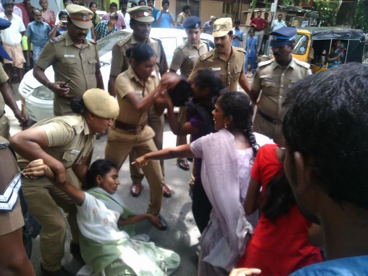 Pachaiyappas college students protest against Chennai TASMAC shop throw stones as shop downs shutters