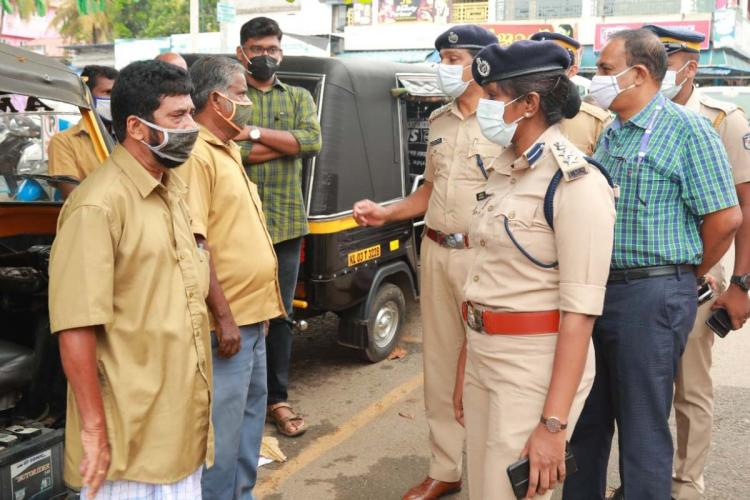 Representative image of police personnel inspecting vehicles during lockdown