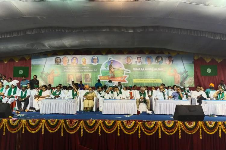 Rakesh Tikait Darshan Pal with farm leaders of Karnataka at Shivamogga Mahapanchayat