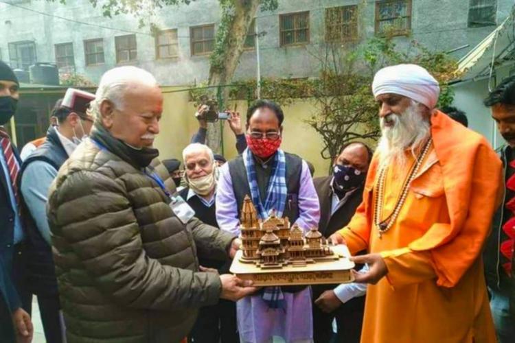 Mohan Bhagwat with Mahamandaleshwar Krishna Shah Vidyarthi at Sri Ram Janmabhoomi Mandir Nirman Nidhi Samarpan Abhiyan