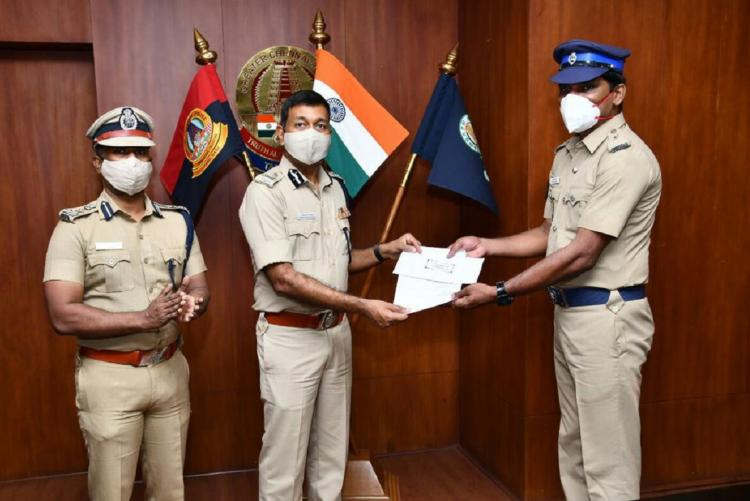 Chennai Head Constable R Sharavanakumar getting recognition from Joint Commissioner of Police Sudhakar