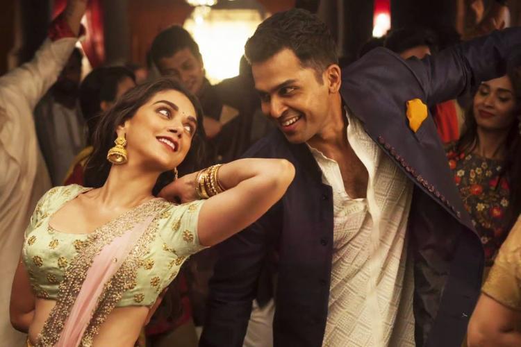 A still from Saarathu Vandila song in the film Kaatru Veliyidai showing Karthi and Aditi Rao Hydari in a dance pose
