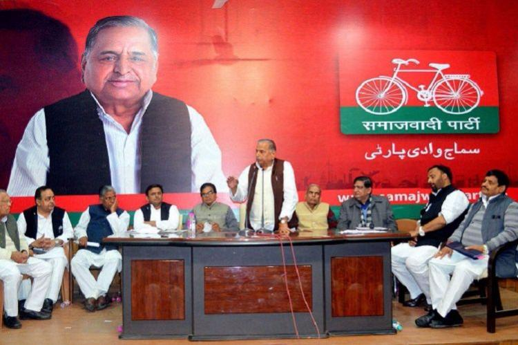 Samajwadi Party feud Mulayam-Akhilesh take fight over cycle poll symbol to EC