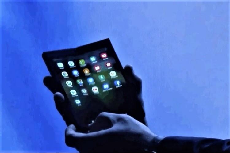 Samsung sets up 2019 innovation war with foldable smartphone