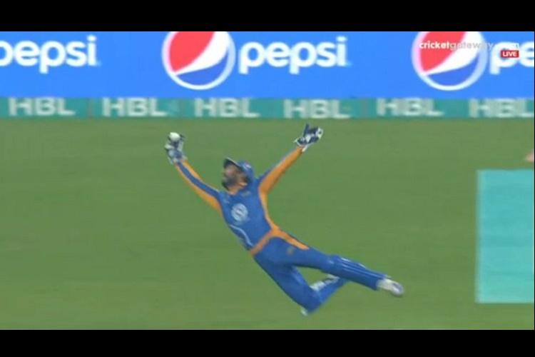 If you are having a boring day then watch this awesome Sangakkara catch to recharge yourself