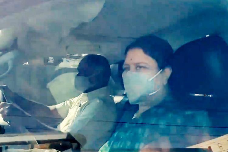 sasikala wears a mask in car
