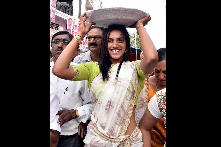 Sindhu offers prayers at Mahankali temple in Hyderabad