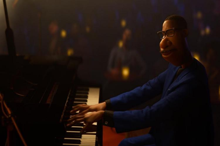 Joe Gardner (Jamie Foxx) playing piano for an audience