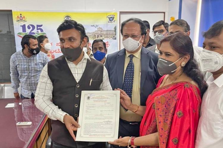 K Sudhakar receiving donor certificate
