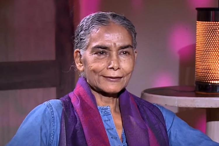 Surekha Sikri dressed in a blue kurti with Indigo scarf had appeared on a TV show