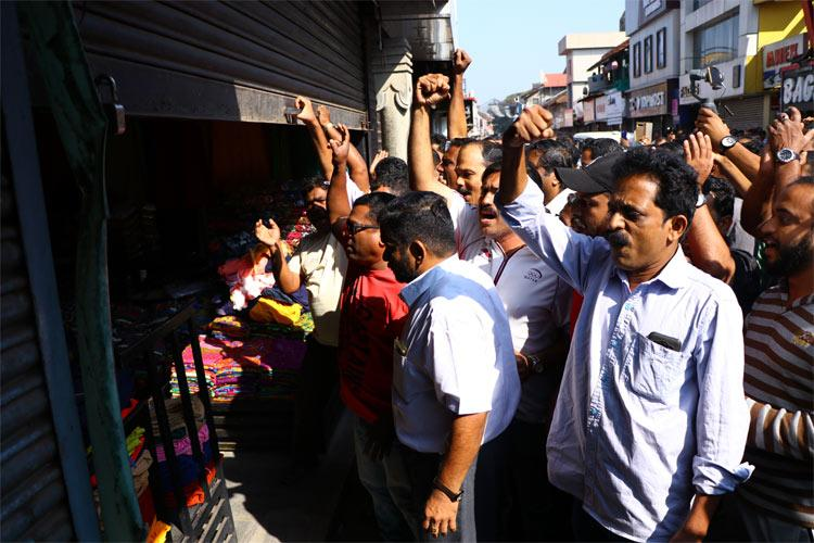 A few shops in Kozhikode Mithai Theruvu defy hartal but forced to shut after clashes