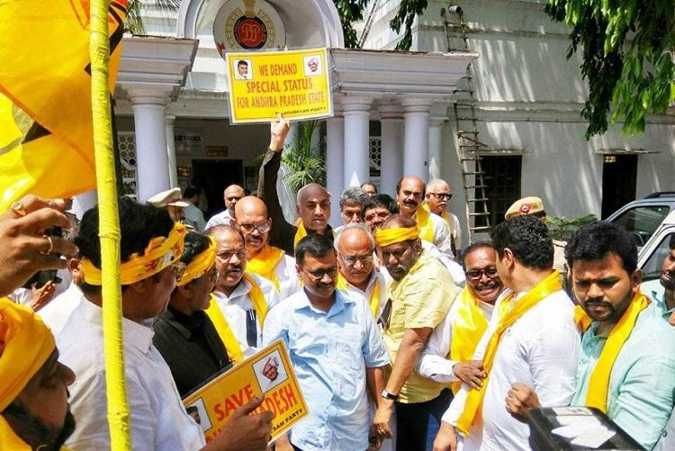Kejriwal meets protesting TDP MPs backs demand for Andhra special status