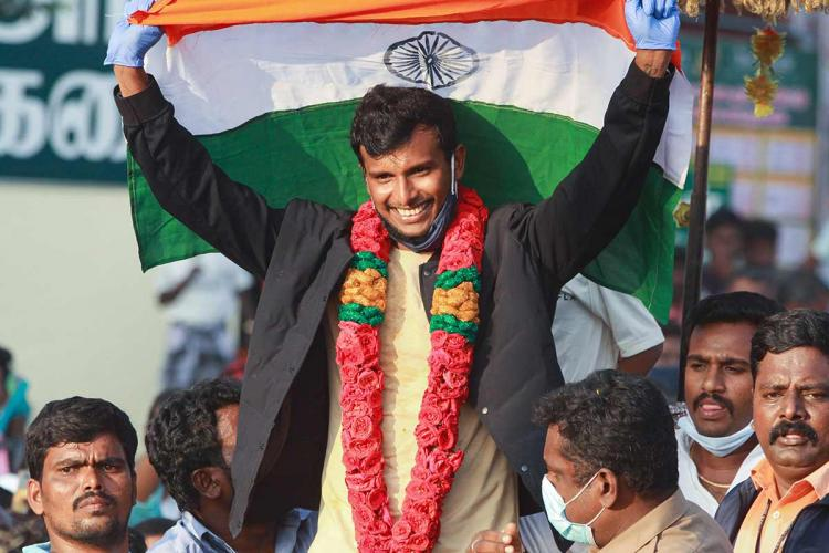 natarajan greeted by fans as he goes home