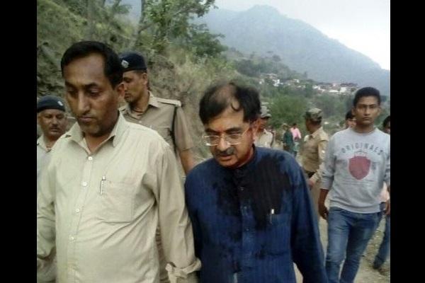 BJP MP Tarun Vijay injured after mob pelts stones at him for leading Dalits into temple