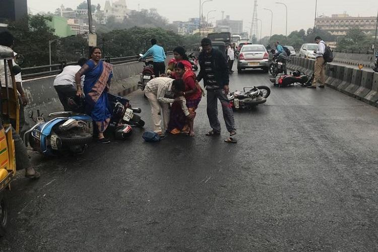 Motorists skid in Hyd due to slippery roads causes chaos and traffic jams