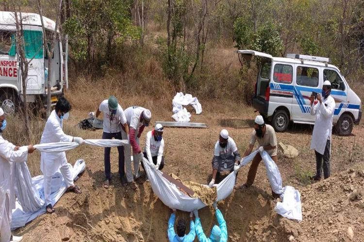 Volunteers of the Tirupati United Muslim Association conducting burial of a COVID-19 patient