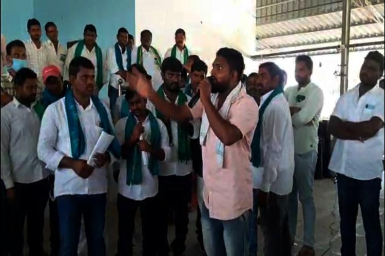 Farmers arguing with MP Arvind Dharmapuri over Turmeric Board in the region