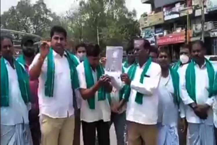 Turmeric farmers in Nizamabad of Telangana burning Tamil Nadu BJP manifesto
