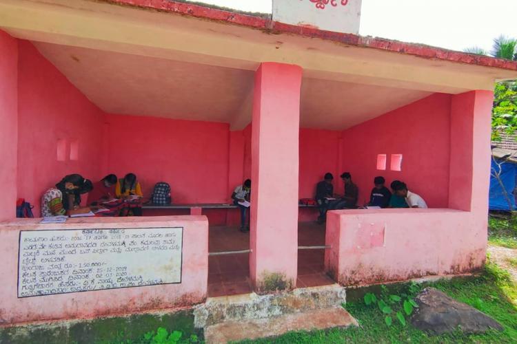 Devalamakki bus stop in Uttara Kannada