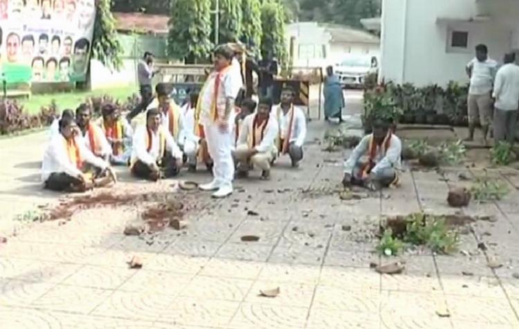 Pro-Kannada activists vandalise Minister Tanveer Saits home