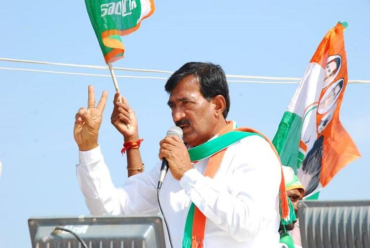 Cong candidate up against KCR raided by cops threatens self immolation