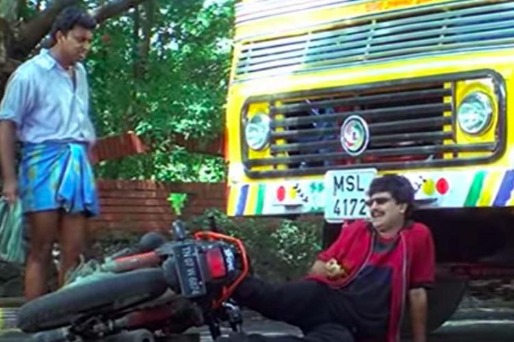 Vivek in Minnale lying under the lorry