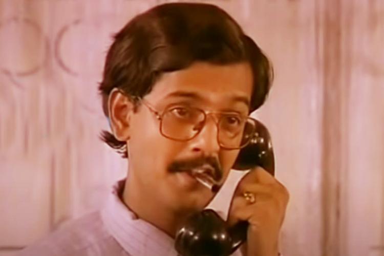 Vivek in Pudhu Pudhu Arthangal holding the telephone
