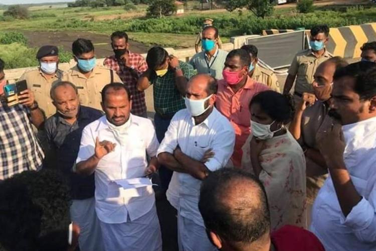 Congress leaders protesting at Walayar check post